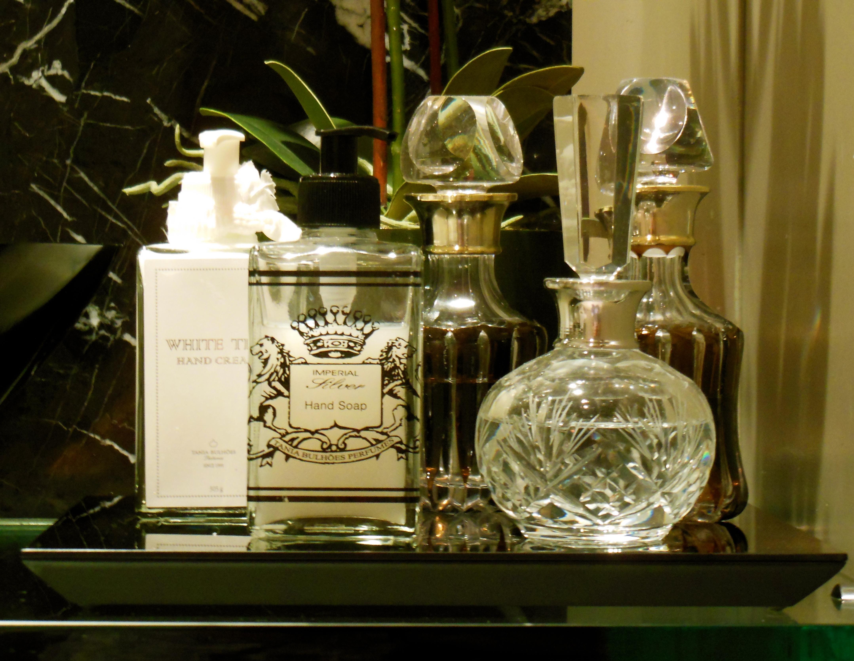 decorar lavabo antigo:Faça dos detalhes a diferença, perfumeiros antigos e velas