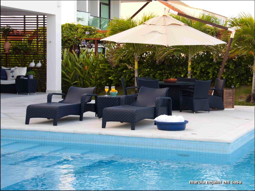 como corais faróis e listras azuis e brancas decoram o terraço #766E23 1024x768