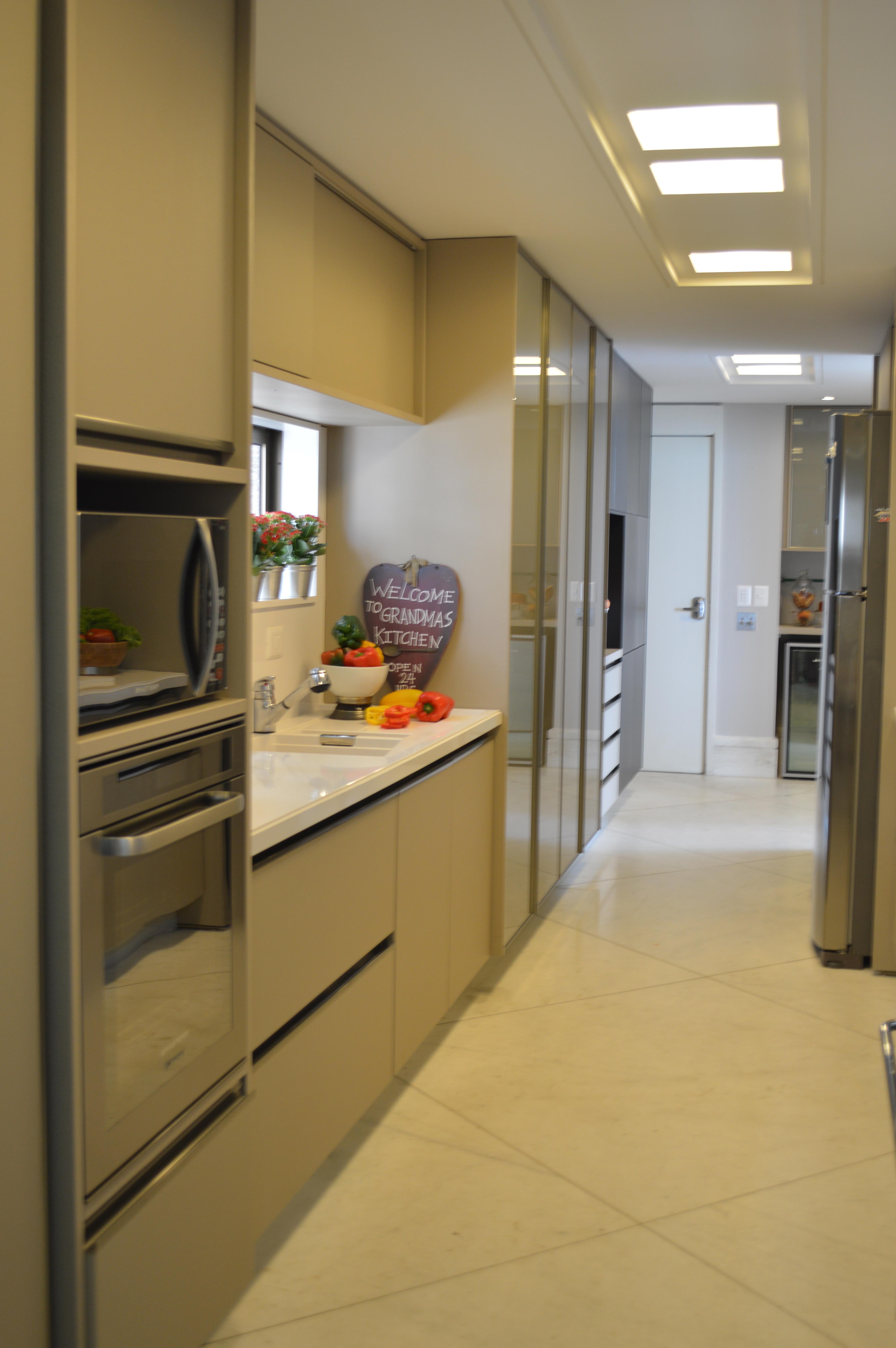 Quase um corredor minha cozinha mas ficou bem funcional. #90723B 4000 6016