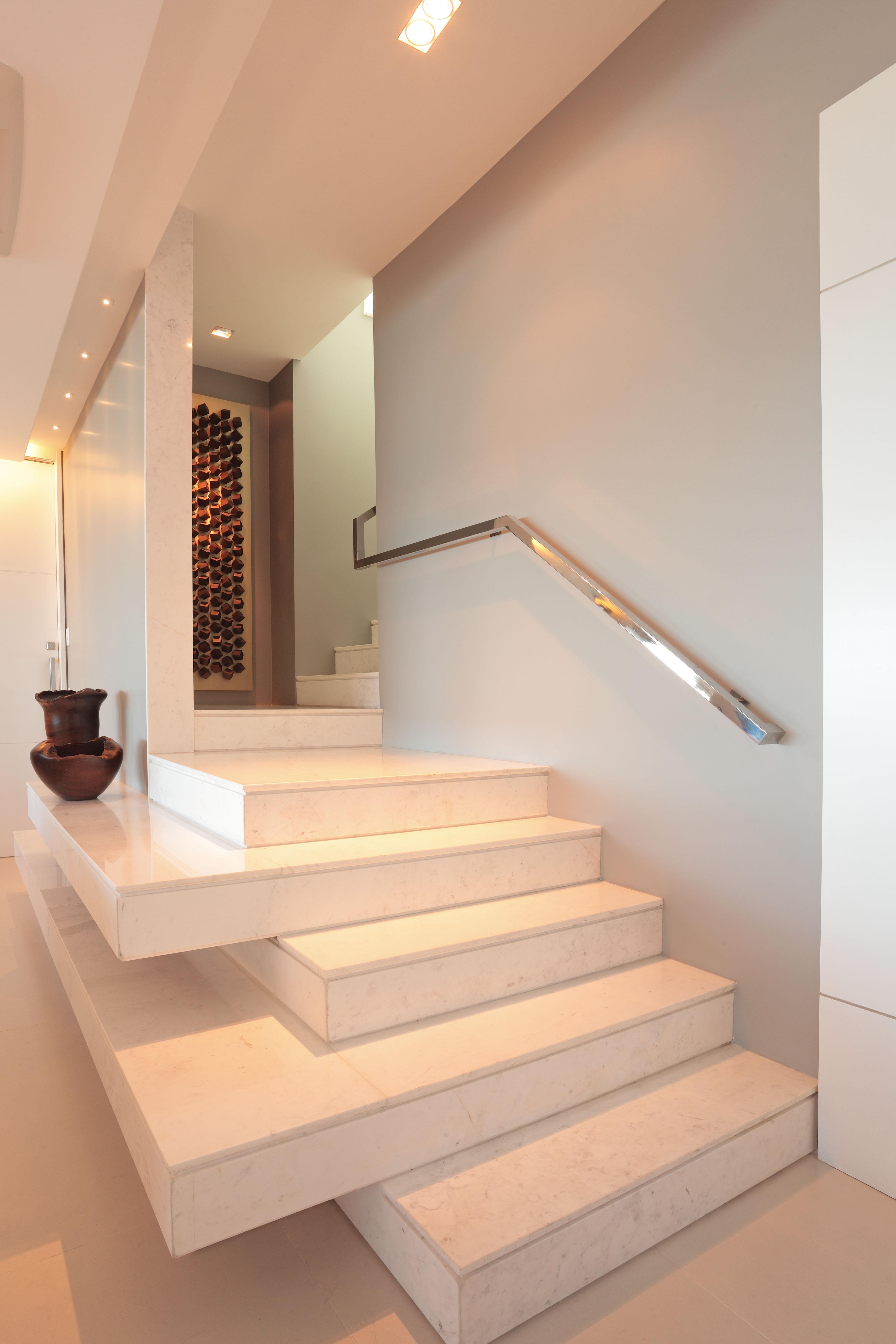 Neste pequeno flat no espaço da escada foi projetada uma cozinha  #985D33 3744 5616