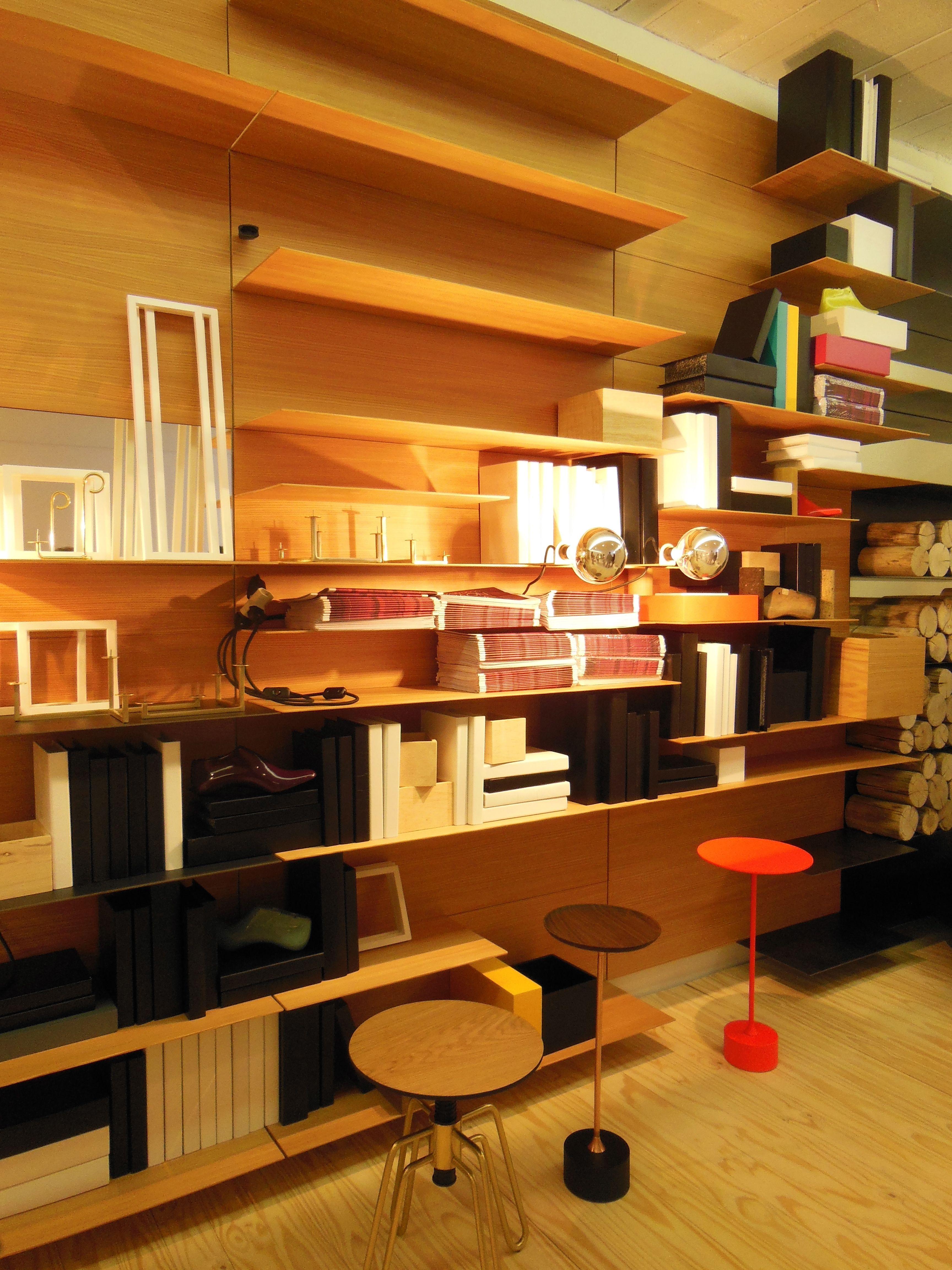 Nada como uma bela estante para decorar e organizar objetos. Seja de  #C38308 3456x4608