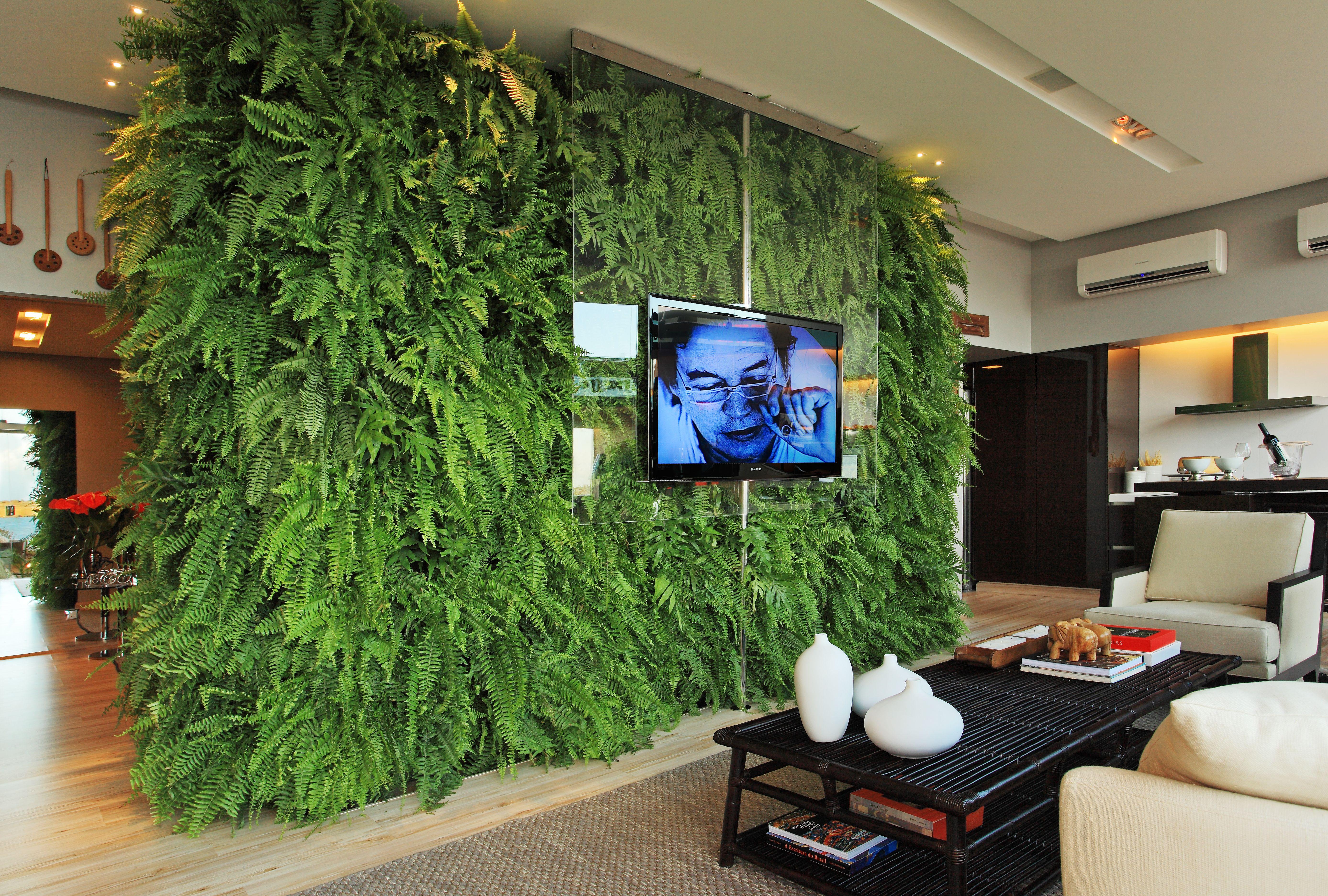 Um imenso jardim vertical foi a nossa proposta verde #986A33 5550 3744